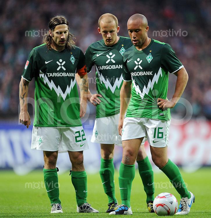 FUSSBALL   1. BUNDESLIGA   SAISON 2010/2010   32. Spieltag SV Werder Bremen - VfL Wolfsburg                         29.04.2011 Torsten FRINGS, Petri PASANEN und Mikael SILVESTRE (v.l., alle Werder Bremen)