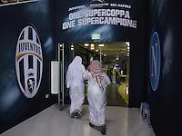FUSSBALL INTERNATIONAL Supercoppa Italia Finale 2014 in Doha  Juventus Turin - SSC Neapel         22.12.2014 Fans am Eingang zum Al Sadd Stadion