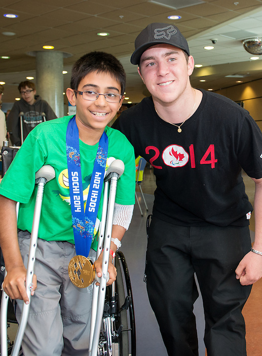 Calgary, AB - June 5 2014 - Mac Marcoux visiting children during the Celebration of Excellence Heroes Tour visit to the Alberta Children's Hospital. (Photo: Matthew Murnaghan/Canadian Paralympic Committee)