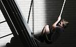 Foto: VidiPhoto<br /> <br /> ELST (U) - Leerlingen van basisschool Het Visnet uit Elst (U) kregen vrijdag op de laatste dag voor de Krokusvakantie les in freerunnen, een spectaculaire sport met als doel zich zo snel mogelijk te verplaatsen via en met obstakels. Ze mochten daarvoor in de sporthal van het dorp zelf een parcours samenstellen. De straatsport is een enorme hype en wordt daarom steeds vaker toegepast als alternatieve les in het bewegingsonderwijs. De populariteit van de sport zorgt er voor dat kinderen op jonge leeftijd meer gaan bewegen. Van de jeugd tussen 4 en 20 jaar oud heeft 12 procent last van overgewicht. Het Visnet is een van de weinige scholen in het basisonderwijs die al een aparte gymdocent heeft aangesteld. Te weinig onderwijspersoneel is daarvoor nog bevoegd. PO-raad en ministerie van OCW willen dat basisscholen vanaf dit jaar minimaal twee uur per week bewegingsonderwijs geven. Nu is dat nog maar &eacute;&eacute;n uur.