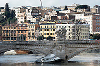 &nbsp;Roma 3 Febbraio 2014<br /> Un barcone ha rotto gli ormeggi per la forza della piena del Tevere ed &egrave; stato spinto dalla impetuosa corrente contro Ponte Vittorio<br /> Roma &egrave; stata una delle citt&agrave; pi&ugrave; colpite da un'ondata di pioggia torrenziale che ha provocato numerosi allagamenti in vari quartieri della citt&agrave;.<br /> Rome, Italy. 3st February 2014<br /> A barge broke its moorings by the force of the flood of the Tiber and was pushed by the  current against Ponte Vittorio<br /> Rome has been one of the cities worst hit by a wave of torrential rain, that caused flooding in several different neighborhoods of the city.