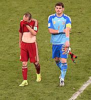 FUSSBALL WM 2014  VORRUNDE    Gruppe B     Spanien - Chile                           18.06.2014 Andres Iniesta und Torwart Iker Casillas  (v.l., beide Spanien) sind nach dem Abpfiff enttaeuscht