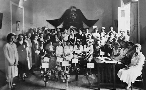 Reunión Anual de   AFD,  1931. En el centro debajo del escudo Minerva Bernardino, a su derecha Abigail Mejía. Foto Barón Castillo. Colección Fernández-Nivar.