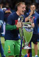 FUSSBALL  CHAMPIONS LEAGUE  FINALE  SAISON 2014/2015   Juventus Turin - FC Barcelona                 06.06.2015 Der FC Barcelona gewinnt die Champions League 2015: Torwart Marc Andre ter Stegen jubelt mit dem Pokal