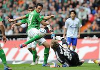 FUSSBALL   1. BUNDESLIGA   SAISON 2011/2012   34. SPIELTAG SV Werder Bremen - FC Schalke 04                       05.05.2012 Claudio Pizarro (li, SV Werder Bremen)  gegen Lars Unnerstall (re, FC Schalke 04)