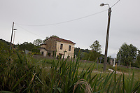 Portacomaro stazione, paesaggio con casa lungo la ferrovia