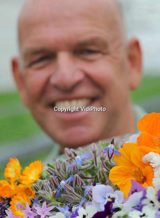 Foto: VidiPhoto<br /> <br /> BRUCHEM &ndash; &ldquo;We verkopen Look &amp; Taste, geen viooltjes.&rdquo; En toch zien ze er zo uit. Niet allemaal natuurlijk, maar wel een belangrijk deel van het eetbare assortiment bij Kwekerij Van Wijgerden in Bruchem in de Bommelerwaard. Negen soorten kleurige bloemen gaan komend voorjaar in de pot naar de consument, om vervolgens &ldquo;in lengte van dagen&rdquo; leegeplukt te worden en de diverse gerechten thuis van extra en meer smaak te voorzien. Het ijzersterke concept van de enthousiaste pionier Peter van Wijgerden -hij bedacht in het verleden ook andere niche producten- is een enorm succes en de vraag stijgt nog steeds: een verdrievoudiging zelfs ten opzichte van vorig jaar. Een uniek initiatief ook. Waar andere producenten van eetbare bloemen ze oogsten en verpakken, levert de Bruchemse kweker ze met verhaal en recept, life in de pot. De consument heeft zo van begin mei tot eind september (levertijd) een smakelijk maar ook fleurig plantje op tafel. &ldquo;Want je eet voor 80 procent met je ogen.&rdquo;