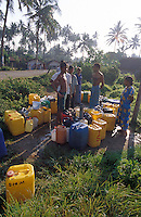 Sri Lanka. Waiting for water from a public tap near the city of Galle, south of the island.