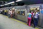 Embarque no vagão do metrô São Paulo. 2008. Foto de Juca Martins.