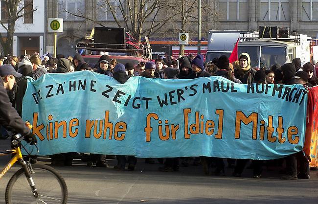 Demosntration in Berlin<br /> Unter dem Motto &quot;Die Zaehne zeigt wer das Maul aufmacht - Keine Ruhre fuer (die) Mitte&quot; demosntrierten etwa 1500 Menschen, zumeist Jugendliche, am Samstag den 22. Februar 2003 in Berlin fuer den Erhalt linker Projekte in der Stadtmitte, gegen Kapitalismus und gegen den Krieg gegen den Irak.<br /> Die Demonstration zog vom Oranienplatz in Berlin-Kreuzber zum Potsdamer Platz in Berlin-Mitte.<br /> Zu der Demonstration hatte viele ehemalige besetzte Haeuser, Wagenburgen, sowie Studentenvetretungen aufgerufen.<br /> 22.2.2003, Berlin<br /> Copyright: Christian-Ditsch.de<br /> [Inhaltsveraendernde Manipulation des Fotos nur nach ausdruecklicher Genehmigung des Fotografen. Vereinbarungen ueber Abtretung von Persoenlichkeitsrechten/Model Release der abgebildeten Person/Personen liegen nicht vor. NO MODEL RELEASE! Nur fuer Redaktionelle Zwecke. Don't publish without copyright Christian-Ditsch.de, Veroeffentlichung nur mit Fotografennennung, sowie gegen Honorar, MwSt. und Beleg. Konto: I N G - D i B a, IBAN DE58500105175400192269, BIC INGDDEFFXXX, Kontakt: post@christian-ditsch.de<br /> Bei der Bearbeitung der Dateiinformationen darf die Urheberkennzeichnung in den EXIF- und  IPTC-Daten nicht entfernt werden, diese sind in digitalen Medien nach &sect;95c UrhG rechtlich geschuetzt. Der Urhebervermerk wird gemaess &sect;13 UrhG verlangt.]