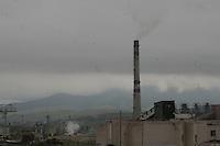 Erdenet, città mineraria a nord della Mongolia, edifici di origine sovietica Sede della Erdenet Mining Company una fabbrica con ciminiera