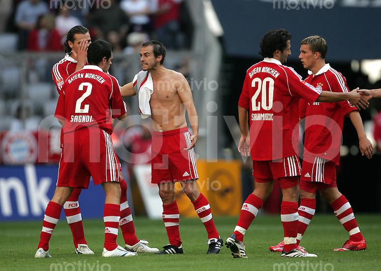 Fussball Bundesliga FC Bayern Muenchen - 1. FC Nuernberg Enttaeuschung nach Spielende: v.l.: Daniel VAN BUYTEN, Willy SAGNOL, Mehmet SCHOLL, Hasan SALIHAMIDZIC und Lukas PODOLSKI (alle FCB).