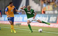 FUSSBALL   1. BUNDESLIGA   SAISON 2013/2014   1. SPIELTAG Eintracht Braunschweig - Werder Bremen             10.08.2013 Omar Elabdellaoui (li, Eintracht Braunschweig) gegen Nils Petersen (re, SV Werder Bremen)
