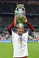 FUSSBALL EURO 2016 FINALE IN PARIS  Portugal - Frankreich          10.07.2016 Cristiano Ronaldo mit dem EM Pokal auf dem Kopf