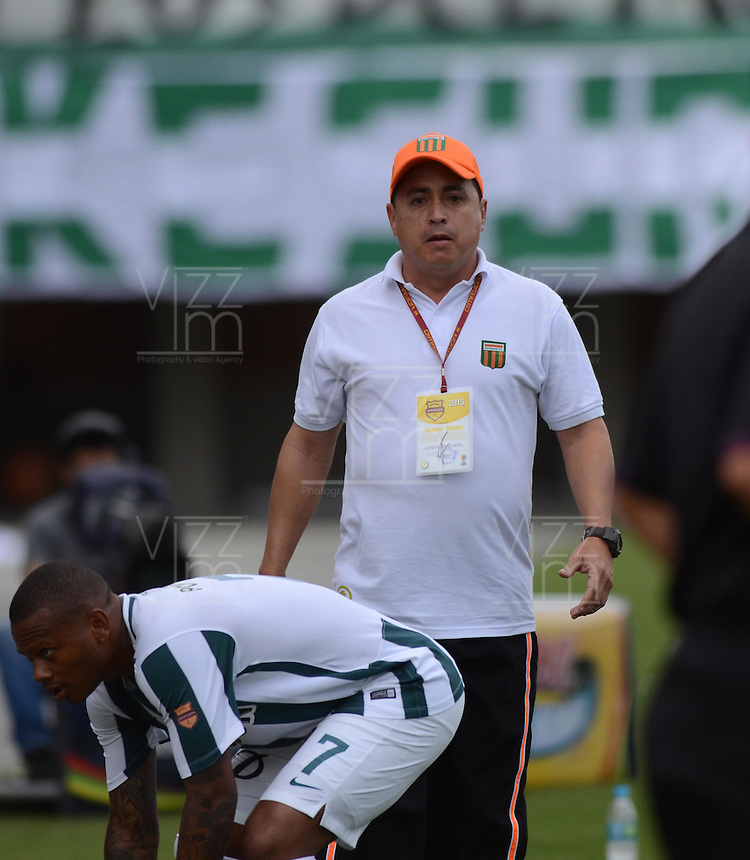 ENVIGADO –COLOMBIA, 14-02-2015: Juan Carlos Sanchez técnico de Envigado FC gesticula durante el encuentro con Atlético Nacional por la fecha 4 de la Liga Águila I 2015 realizado en el Polideportivo Sur de la ciudad de Envigado./ Juan Carlos Sanchez coach of Envigado FC gestures during match against Atletico Nacional for the 4th date of the Aguila League I 2015 at Polideportivo Sur in Envigado city.  Photo: VizzorImage/León Monsalve/STR