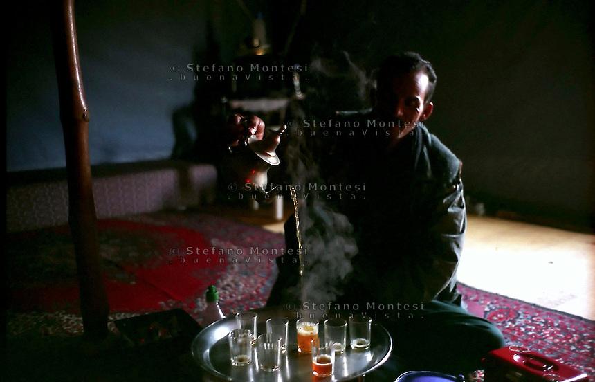 Gennaio 2005.Campo Profughi Saharawi di Smara.L'ora del tea.January 2009.Saharawi refugee camp of Smara.tea-break