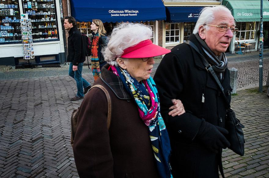 Nederland, Utrecht, 5 maart 2014<br /> Ouderen lopen gearmd door het centrum van Utrecht. <br /> Foto(c): Michiel Wijnbergh