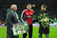 FUSSBALL   1. BUNDESLIGA    SAISON 2012/2013    14. Spieltag   SV Werder Bremen - Bayer 04 Leverkusen                28.11.2012 Sebastian Boenisch (Mitte, Bayer 04 Leverkusen) wird von Klaus-Dieter Fischer (li) und Klaus Filbry (re, beide Werder Bremen) verabschiedet.
