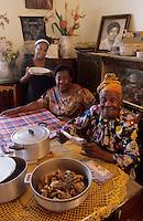 Europe/France/DOM/Antilles/Petites Antilles/Guadeloupe/Pointe-à-Pitre : Fête des cuisinières - Julie Moisan cuisinière centenaire doyenne de la fête, sa fille et sa petite fille - 3 générations de cuisinières