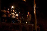 EGITTO, IL CAIRO 9/10 settembre 2011: assalto all'ambasciata israeliana. Migliaia di manifestanti egiziani, ancora infuriati per l'uccisione di cinque guardie di frontiera egiziane da parte dell'esercito israeliano, hanno fatto irruzione nella sede diplomatica israeliana e sono stati poi sgomberati da esercito e polizia egiziana. Nell'immagine: una giornalista egiziana ripresa dalle telecamere nel luogo degli scontri.<br /> Egypt attack to the Israeli embassy  Attaque &agrave; l'ambassade israelienne Caire