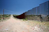 US Confine Arizona Messico Il muro che divide Stai Uniti e Messico nel deserto di Sonora<br /> US Mexico Border Arizona The wall between the US and Mexico in the Sonoran Desert