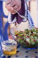 Afrique/Afrique du Nord/Maroc/Essaouira: Riad: Villa Garance - la cuisinière prépare une salade marocaine aromatisée avec de l'huile d'Argan