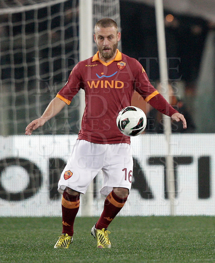 Calcio, Serie A: Roma vs Genoa. Roma, stadio Olimpico, 3 marzo 2013..AS Roma midfielder Daniele De Rossi in action during the Italian Serie A football match between AS Roma and Genoa at Rome's Olympic stadium, 3 March 2013..UPDATE IMAGES PRESS/Riccardo De Luca