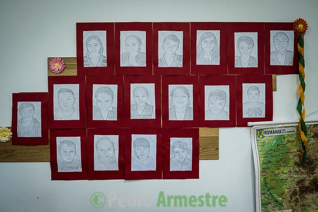 08 Noviembre 2016. Targoviste. Rumania<br /> Florentina Milos tiene 8 hijos y vive en un diminuto piso en Targoviste, una localidad a 60 kil&oacute;metros de Bucarest (Rumania). Los ni&ntilde;os acuden al programa educativo de Save the Children. Save the Children trabaja en Rumania ayudando a las familias m&aacute;s vulnerables con diferentes tipos de programas vinculados a la educaci&oacute;n. En 37 centros educativos de todo el pa&iacute;s tiene en marcha programas especiales de ayuda a los ni&ntilde;os que nunca han asistido a la escuela y para los hijos de migrantes que est&aacute;n trabajando en Italia o en Espa&ntilde;a. En la imagen, uno de los programas de Save the Children en un colegio en Bucarest. Rumania tiene la tasa de pobreza infantil m&aacute;s alta de toda Europa, con un 51%. &copy; Pedro Armestre/ Save the Children Handout. No ventas -No Archivos - Uso editorial solamente - Uso libre solamente para 14 d&iacute;as despu&eacute;s de liberaci&oacute;n. Foto proporcionada por SAVE THE CHILDREN, uso solamente para ilustrar noticias o comentarios sobre los hechos o eventos representados en esta imagen.<br /> &copy; Pedro Armestre/ Save the Children Handout - No sales - No Archives - Editorial Use Only - Free use only for 14 days after release. Photo provided by SAVE THE CHILDREN, distributed handout photo to be used only to illustrate news reporting or commentary on the facts or events depicted in this image.