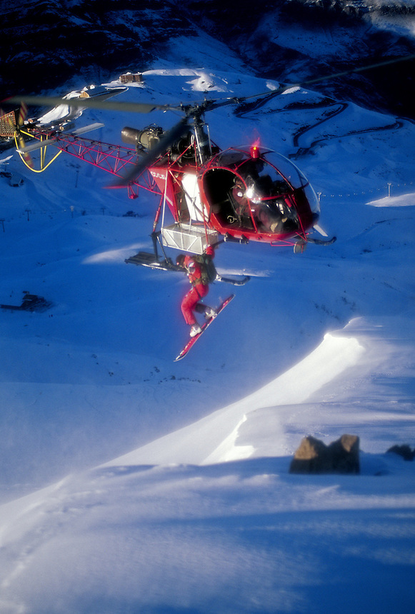 Snowboarder jumps from helicopter in Valle Nevado, Chile