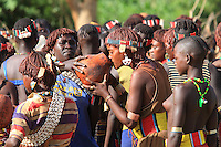 In the village of Bori, in the land of the Banas, during the initiation of the young Aïke, three welcome beers are given to the many guests over the three days./// Village de Bori, pays Bana pendant l'initiation du jeune Aïké, l'on distribue les trois bières de bienvenu aux multiples invités pendant trois jours.