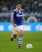 FUSSBALL   1. BUNDESLIGA   SAISON 2011/2012   18. SPIELTAG FC Schalke 04 - VfB Stuttgart            21.01.2012 Raul (FC Schalke 04) Einzelaktion am Ball