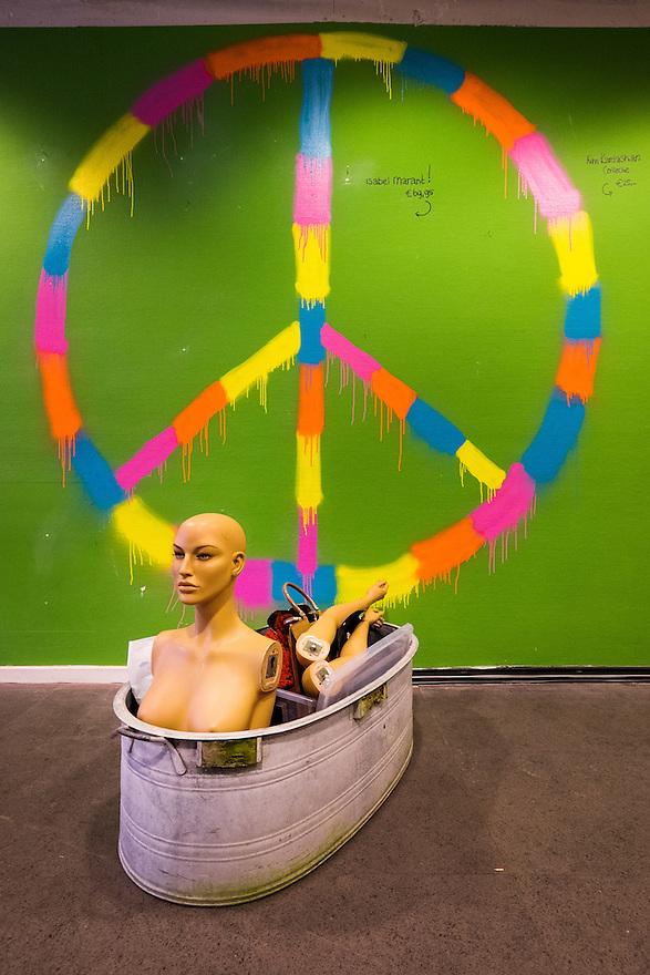 Nederland, Utrecht, 26 maart 2015<br /> Popupstore the Art en Fashion Project met hippiestyle Ban de Bom symbool.<br /> Foto: (c) Michiel Wijnbergh