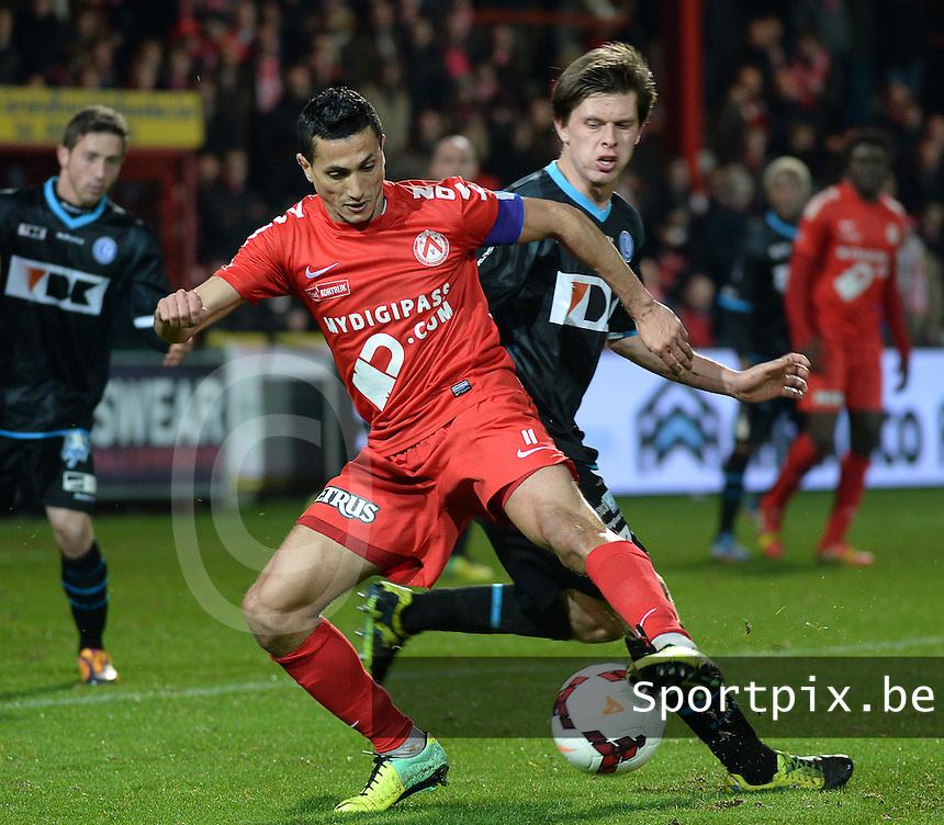 KV Kortrijk - AA Gent : Mustapha Oussalah (l) aan de bal voor Hannes Vanderbruggen (r) <br /> foto VDB / Bart Vandenbroucke
