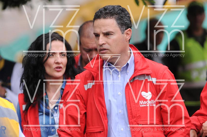 """MEDELLÍN - COLOMBIA, 18-10-2013. Anibal Gaviria, Alcalde de Medellin, durante las labores de rescate en el conjunto Space en Medellín.  La Alcaldía y las autoridades de la ciudad de Medellín, conjuntamente con los ingenieros de Lérida CDO SA alertaron que la Torre 5 del edificio residencial Space, contigua a la Torre 6, que se desplomó el sábado por la noche, presenta """"riesgo inminente de colapso"""". Según la Alcaldía de Medellín, un comité técnico encargado de hacer la evaluación del estado de la unidad residencial Space en el acomodado barrio El Poblado analizó este lunes la situación y concluyó que la Torre 5 puede derrumbarse en cualquier momento porque tiene fracturas en dos columnas. (Foto: VizzorImage / Luis Rios / Str) Anibal Gaviria, Mayor of Medellin, during the rescue efforts in the Space set in Medellin. The Mayor and the authorities of the city of Medellin, in conjunction with engineers from Lérida CDO SA warned that the tower 5 Space residential building, adjacent to the Tower 6, which collapsed on Saturday night, presents """"imminent risk of collapse """". According to the Mayor of Medellin, a technical committee to assessing the state of the housing units in the affluent Space Poblado Monday analyzed the situation and concluded that the Tower 5 may collapse at any moment because it has broken in two columns (Photo: VizzorImage / Luis Rios / Str)"""