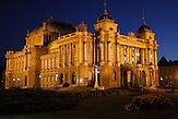 Das Kroatische Nationaltheater in Zagreb bei Nacht. / The Croatian National Theatre in Zagreb at night.