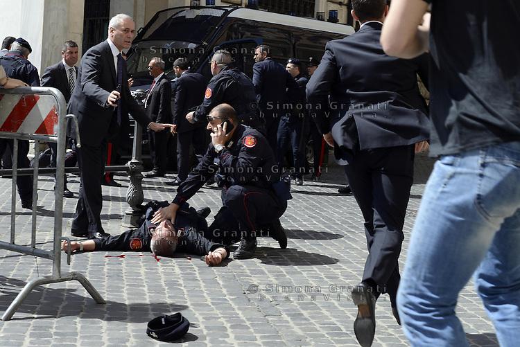 Roma, 28 Aprile 2013.Piazza Colonna.Sparatoria davanti palazzo Chigi..Il brigadiere Giuseppe Giangrande ferito da colpi di arma da fuoco sparati da un uomo fermato dalle forze dell'ordine..Il carabiniere soccorso .
