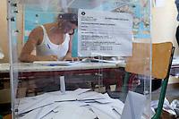 Atene,17 giugno 2012 elezioni politiche nazionali: una scrutatrice seduta dietro all'urna elettorale in un seggio della citt&agrave;.<br /> Athens, June 17, 2012 national elections, voting<br /> Ath&egrave;nes, Juin 17, 2012 &eacute;lections nationales, les bureaux de vote