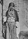 Irak 1920?.Un Kurde d'une tribu du Kurdistan du sud en costume traditionnel.Iraq 1920?.A Kurdish tribesman of southern Kurdistan.