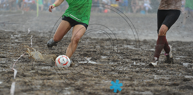 5. Deutsche Meisterschaft im Matschfußball in Wöllnau bei Eilenburg - Frauenteams waren der Hingucker des dreckigen Vergnügens . Foto: Norman Rembarz