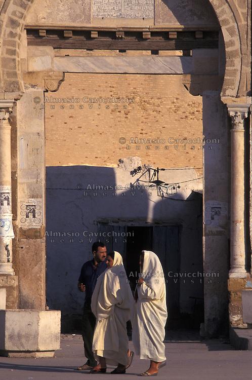 Tunisia, citt&agrave; di Kairouan, donne in abiti tradizionali in una strada della Medina.<br /> Tunisia, the city of Kairouan, women in traditional clothes in a street in the Medina.