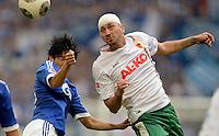 FUSSBALL   1. BUNDESLIGA   SAISON 2013/2014   8. SPIELTAG FC Schalke 04 - FC Augsburg                                05.10.2013 Atsuto Uchida (li, FC Schalke 04) gegen Sascha Moelders (re, FC Augsburg)