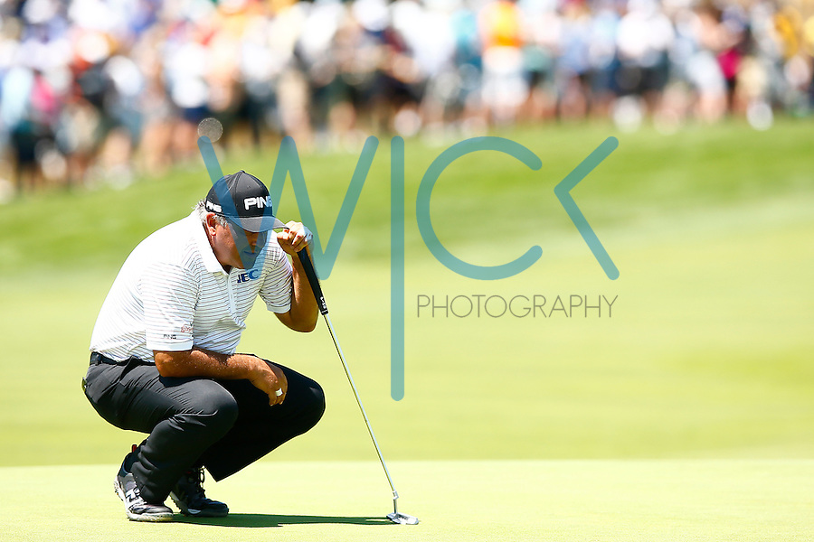 Angel Cabrera lines up his putt on the 18th green during the 2016 U.S. Open in Oakmont, Pennsylvania on June 17, 2016. (Photo by Jared Wickerham / DKPS)