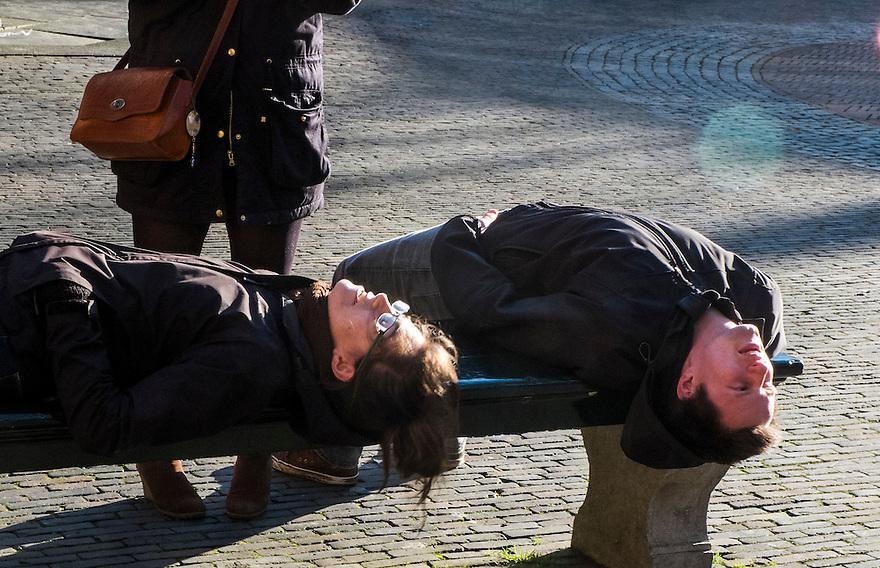 Nederland, Utrecht, 21 feb 2014<br /> Toeristen in de binnenstad van Utrecht bekijken de Dom vanuit een ander standpunt.  <br /> <br /> Foto(c): Michiel Wijnbergh