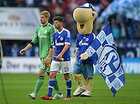 FUSSBALL   1. BUNDESLIGA  SAISON 2012/2013   4. Spieltag FC Schalke 04 - FC Bayern Muenchen      22.09.2012 Torwart Lars Unnerstall und Klaas Jan Huntelaar (v. li., FC Schalke 04) und das Maskottchen Erwin