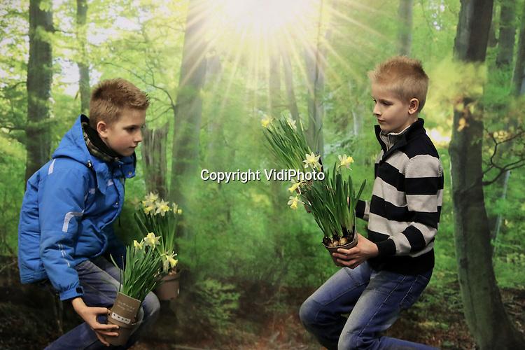 Foto: VidiPhoto<br /> <br /> DEN BOSCH &ndash; De negenjarige Harold van Kooten (l) en Hendrik Nobol uit Goudswaard helpen hun vaders maandag met het inrichten van voorjaarstuinen op TuinIdee. Van 20 tot en met 23 februari vindt het grootste tuinevent van Nederland plaats in de Brabanthallen in Den Bosch. Maandag zijn hoveniers begonnen met het inrichten van hun presentaties. Meer dan 240 standhouders tonen op TuinIdee de laatste trends en noviteiten op tuingebied. Dankzij het vroege voorjaar verwacht de beursorganisatie extra belangstelling van tuinliefhebbers. Er worden meer dan 25.000 bezoekers verwacht.