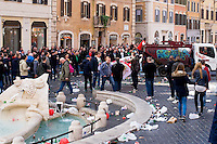 Roma 19 Febbraio 2015<br /> Hooligan olandesi  in Piazza di Spagna , dove si sono riuniti circa 500 tifosi olandesi del Feyenoord, in vista della partita che si svolger&agrave; stasera allo stadio Olimpico contro la Roma.<br /> Tifoso del Feyenoord sale su un automezzo  AMA <br /> Rome February 19, 2015<br /> Dutch hooligan in Piazza di Spagna, where gathered about 500 Dutch fans of Feyenoord, in view of the match that will take place tonight at the Olympic Stadium against Roma.<br /> Fan Feyenoord boards a vehicle AMA
