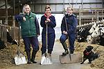 Foto: VidiPhoto<br /> <br /> SAASVELD - Vrouwen zijn de baas op de melkveehouderij van Monique Nijland uit het Twentse Saasveld. Samen met haar twee dochters Anouk van 14 en Dana&eacute; van 12 jaar oud runt de 47-jarige weduwe een boerderij met 100 koeien, 40 stuks jongvee en 50 ha. land. Vier keer in de week komt er 's middags iemand (ook een vrouw) helpen met melken en zaterdags zijn er twee vrouwelijke stagiaires. Zelfs de dieren -inclusief hond- op het bedrijf zijn allemaal vrouwen. Resultaat is een boerenbedrijf dat zich prima weet te handhaven in een wereld waarin vrijwel alleen mannen het bedrijf leiden. Die reageren vaak wel sceptisch als ze horen dat een vrouw de boel draaiende moet houden. Monique is echter niet alleen eigenaar, maar heeft ook nog eens verstand van zaken en doet vrijwel alles alleen. Ze is er trots op dat ze tegen alle verwachtingen in na het overlijden van haar man zes jaar geleden, een succes heeft weten te maken van de melkveehouderij. Zelfs zo dat Anouk en Dana&eacute; het boerenbedrijf later willen overnemen. Omdat haar dochters nog naar school gaan en veel huiswerk hebben, probeert ze hen zoveel mogelijk te ontlasten. De Twentse staat 's morgen om 5 uur op om de koeien te melken en gaat 's avonds om 21.00 uur al naar bed. Daarnaast is ze ook nog vrijwilliger bij De Zonnebloem. Hoewel ze niets tegen mannen heeft, is ze niet actief op zoek naar een partner.