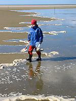 Hochwasser, Flut läuft auf, Sandwatt, Watt, Sand-Watt bei auflaufender Flut, auflaufendes Wasser führt Schaum mit, Kind läuft entlang der Wasserlinie