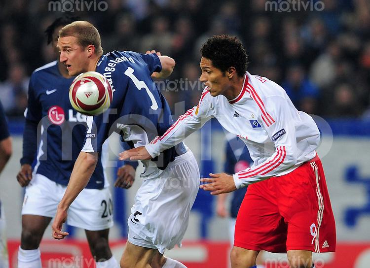 FUSSBALL  UEFA EUROPA LEAGUE   SAISON 2009/2010   Halbfinale Hamburger SV - FC Fulham                        22.04.2010 Paolo GUERRERO (re, Hamburg) gegen Brede HANGELAND (li, Fulham)