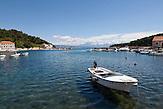 Jelsa auf der dalmatinischen Insel Hvar ist bekannt für Fischfang und vor allem für Weine. / Jelsa on the Dalmatian island of Hvar is known for fishing and especially for wine.